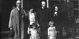 Harry Price aux côtés du révérend et de sa famille.