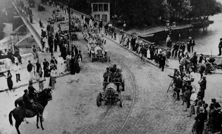 Le départ du Paris-Pékin en 1907; au premier plan l' Itala qui va remporter l' épreuve